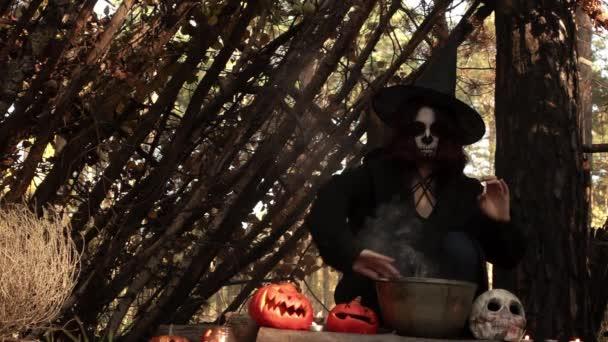 Zauberin führt magisches Ritual im Herbstwald in Zeitlupe auf