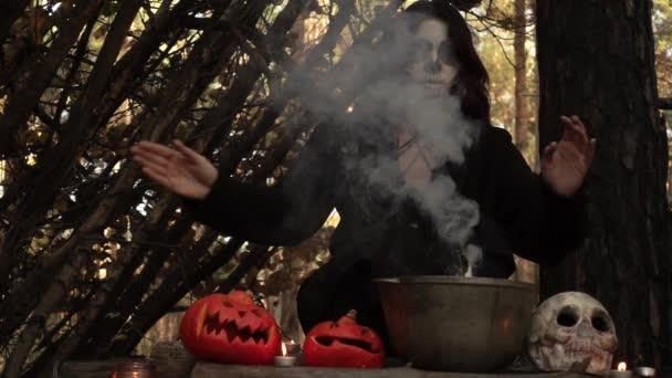 Hexe braut einen Trank in einem Kessel, aus dem der Rauch in Zeitlupe strömt