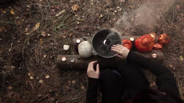 Boszorkányság keze az üst fölött Lassított felvétel
