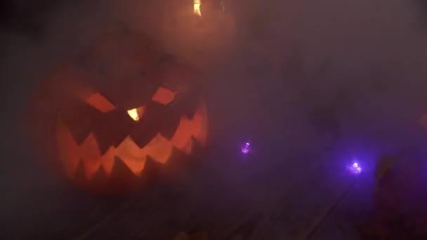 Klassisch zahme Jacks Laterne mit Kerzen im dichten Rauch
