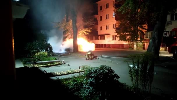 Feuerwehr löscht brennendes Auto in Wohngebiet