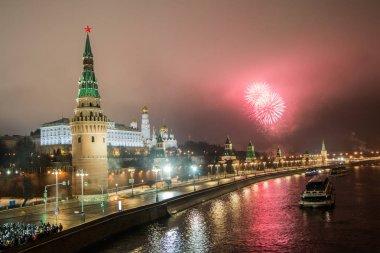 Yeni yıl havai fişek büyük taş Köprüsü'nden. Yılbaşı Dekorasyonu, gece Moskova
