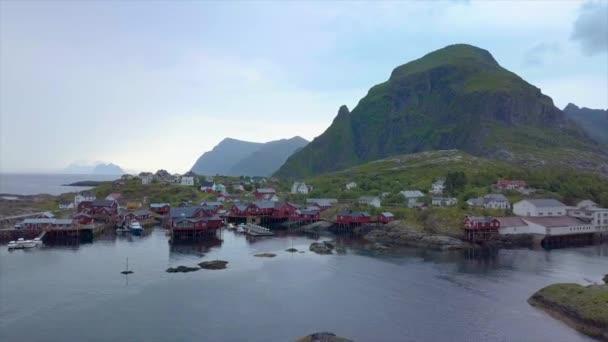 Letecký pohled na malé rybářské vesnice v Norsku