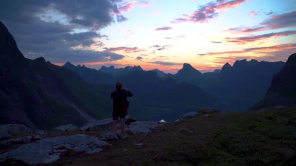 Viaggiatore Della Donna Su Uno Sfondo Di Montagne Prende Le Foto Su