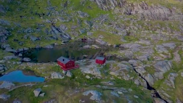 Skandinávský dům nedaleko horské jezero