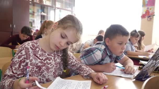 Žáci studují ve škole