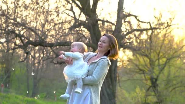 Mutter spielt mit ihrer kleinen Tochter im Park