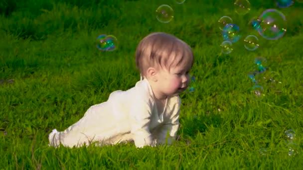 Malé děťátko na trávě