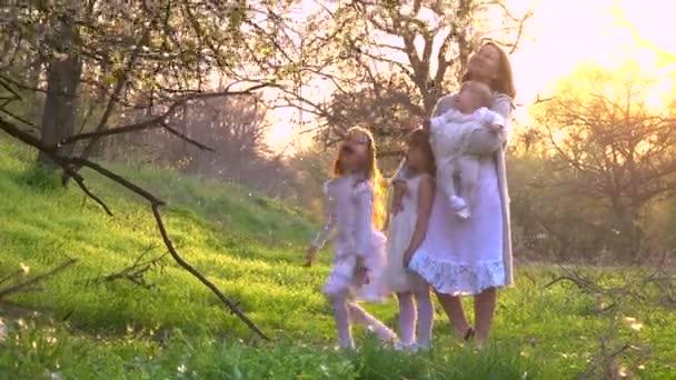 Máma a její dcery chodí do parku