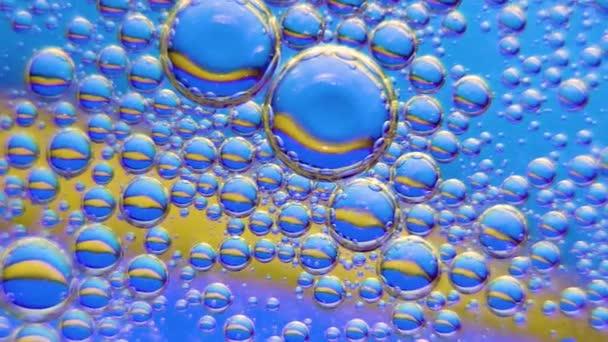 Barevné umělecké kapky oleje plovoucí na vodě