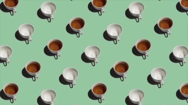 Vzor s mnoha šálky čaje a prázdné šálky animované na světle zeleném pozadí