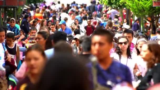 Chiapas, Mexiko-cca srpen 2018 (Slow Motion): turistů a místních lidí, kteří jdou na ulici v San Cristobal de las Casas. Take 2