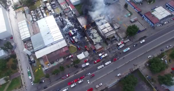 Tultitlan, Mexiko. Cca října 2018. Letecký pohled na oheň, který zničit továrnu na výrobu likéru. Firetrucks a hasiči zadržovat oheň.
