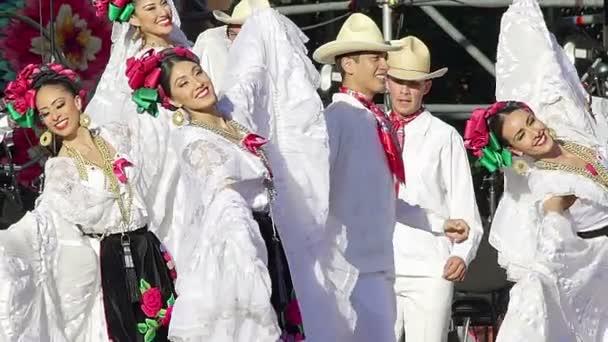 Mexico City, MEX 01/12/2018. Tanečníci provádět tradiční folklórní tanec z Veracruz, nosí regionální typické obleky, jako součást kulturních aktivit na mexický prezident nadávky. Tk1