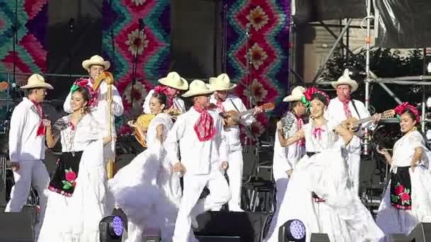 Mexico City, MEX 01/12/2018. Tanečníci provádět tradiční folklórní tanec z Veracruz, nosí regionální typické obleky, jako součást kulturních aktivit na mexický prezident nadávky. Tk4