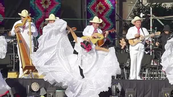 Mexico City, MEX 01/12/2018. Tanečník dívka provádí folklorní tanec od Veracruz, nosí krásné regionální typické šaty, jako součást kulturních aktivit na mexický prezident nadávky.