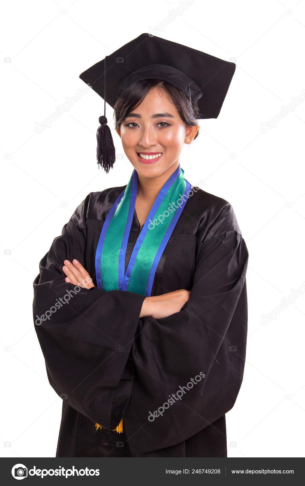 e82e32e67 Retrato de confianza estudiante mujer asiática sonriente vestida con vestido  de la graduación y tapa