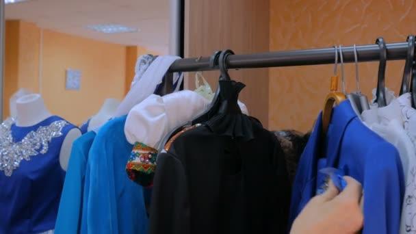 Ženy rukou při řesení závěs s oblečením