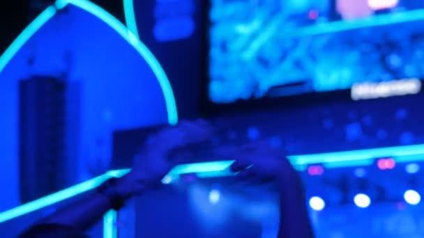 Muž silueta párty a tleskání v noci elektronické hudby koncert