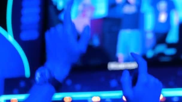 Muž silueta párty v noci koncert před pódiem
