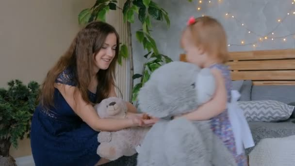 Mladá matka a její dcera dítě hraje togerher doma