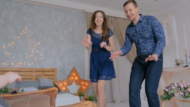 4 výstřely. Šťastné mladé rodiče a jejich dítě dcera hraje togerher