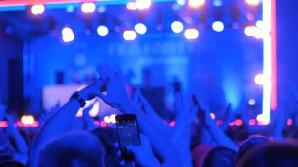Lidé párty v noci elektronické hudby koncert před pódiem