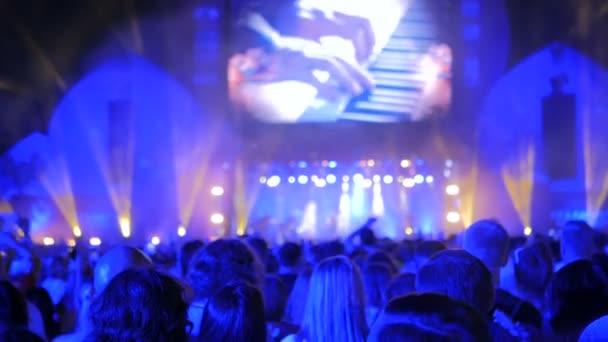 Lidé silueta párty v noci koncert před pódiem