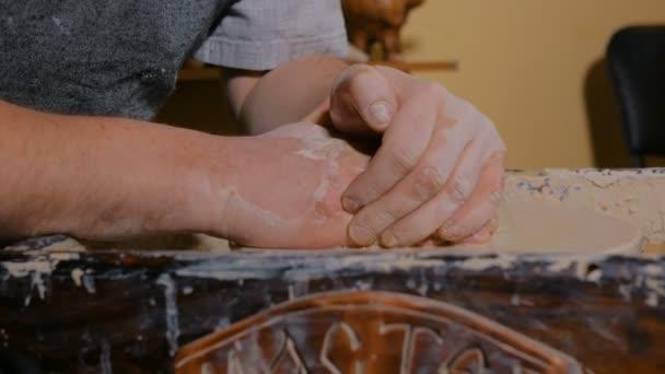 Profesionální mužský potter výrobu keramiky v dílně