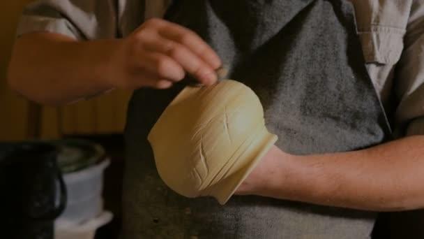 Professionellen männlichen Potter in Werkstatt