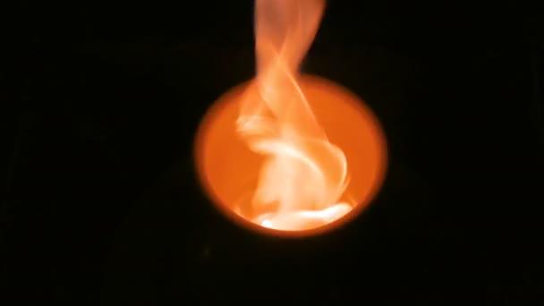 Brennen von Keramik-Becher auf der Töpferscheibe