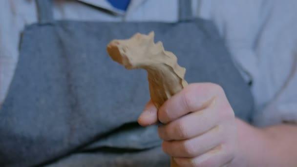 Profesionální mužský potter hněte hlíny v keramické dílně