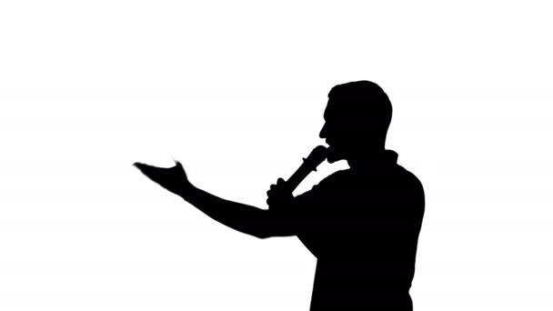 Ember sziluettje szólva a mikrofon