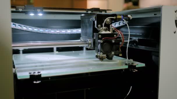 Automatické trojrozměrné 3d tiskárny stroj pracuje na výstavě technologie