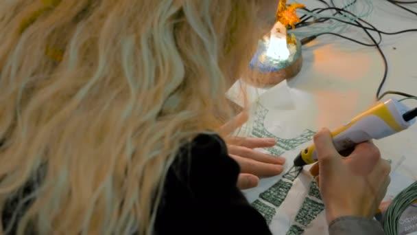 Žena pomocí 3d tisku pera