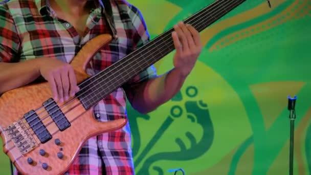 Basový kytarista na jevišti etnických koncert