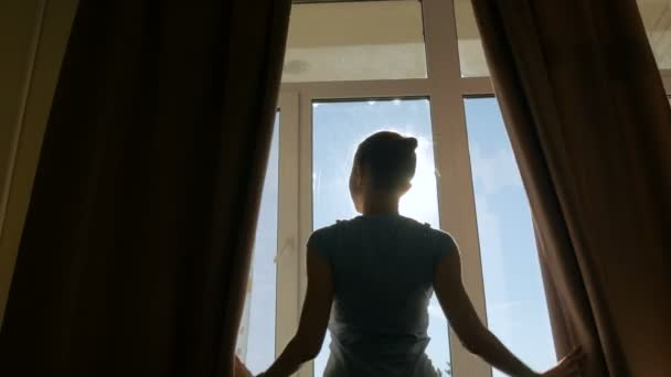 Žena, otevření okna závěsy