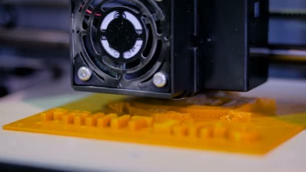 Tří dimenzionální tiskový stroj tiskne fyzické 3d modelu