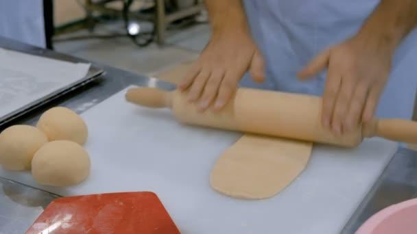 Proces přípravy těsta na pečení tvarované srdcí