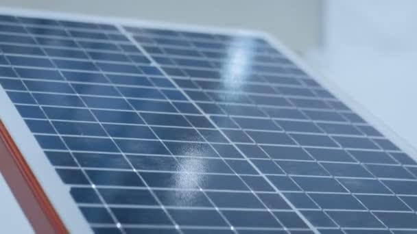 Automatický fotovoltaický solární panel pracující na výstavě technologií - close up