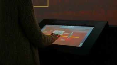 Etkileşimli dokunmatik ekran kullanan kadın