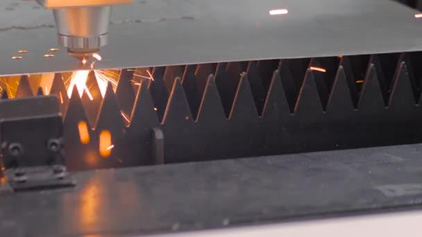Laserový řezací stroj pracující s plechem s jiskry v továrně
