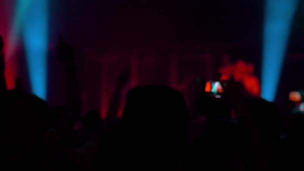 Super zpomalení: lidé dav párty na rockovém koncertu před jevištěm