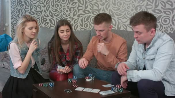 Teen přátelé hrací karty doma