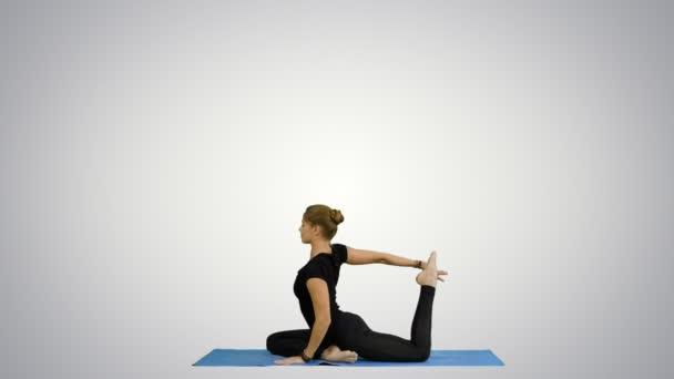 Mladé krásné jóga představuje na, strečink, cvičení jógy na bílém pozadí