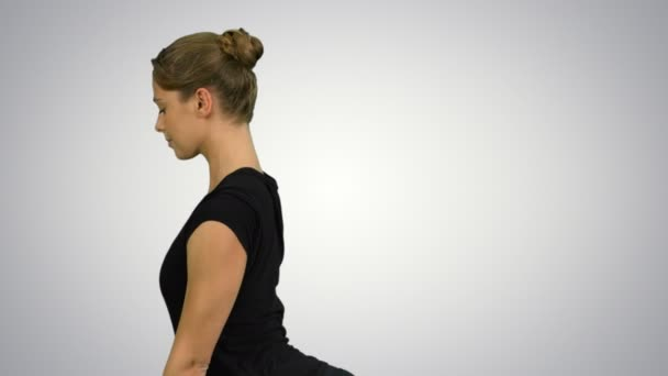 Boční pohled portrét krásné mladé ženy, které děláte jógu nebo pilates cvičení. Představují jeden Legged král Holub, Eka Pada Rajakapotasana na bílém pozadí