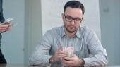 Učitel brát peníze a počítání dolarové bankovky