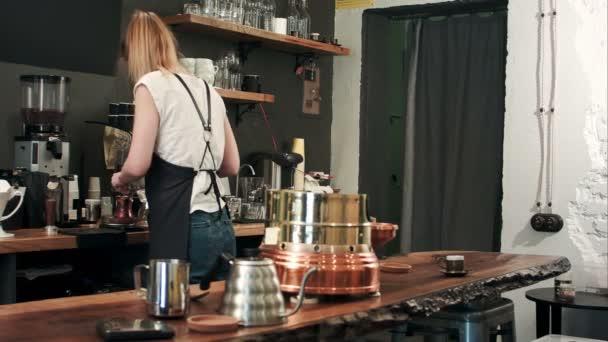 Elkészítése hagyományos forraljuk török kávé Barista