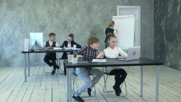Malé děti podnikání s rušný den v kanceláři