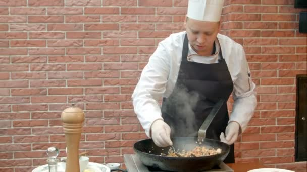Szakács az étel kóstoló és üzembe só a pan